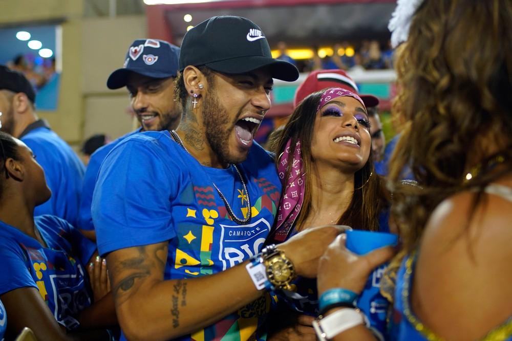 Neymar e a cantora Anitta em camarote da Sapucaí  — Foto: Mauro Pimentel/AFP