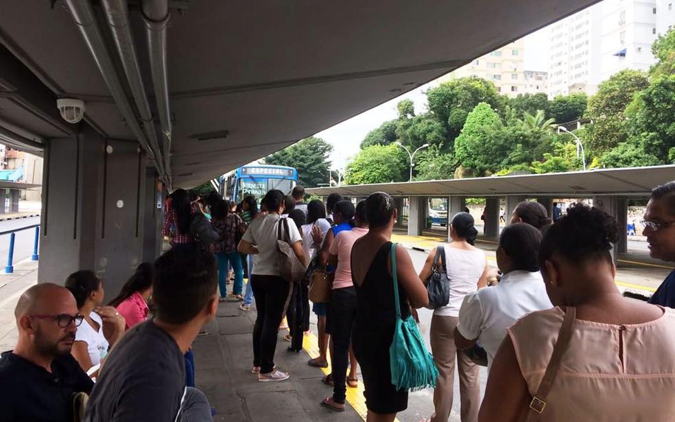 Passageiros aguardam coletivo na Estação da Lapa (Foto: Juliana Almirante/G1)