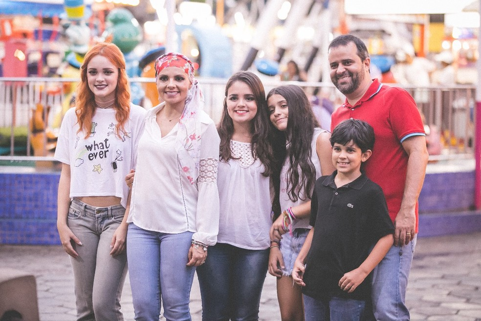 Nádia Bueno, que descobriu um câncer em 2016, ao lado dos filhos e marido. Ao lado direito dela, a filha Amanda, que também conduz o projeto — Foto: Áurea Andrade