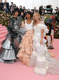 Ella Balinska, Kerry Washington e Tory Burch vestem Tory Burch.