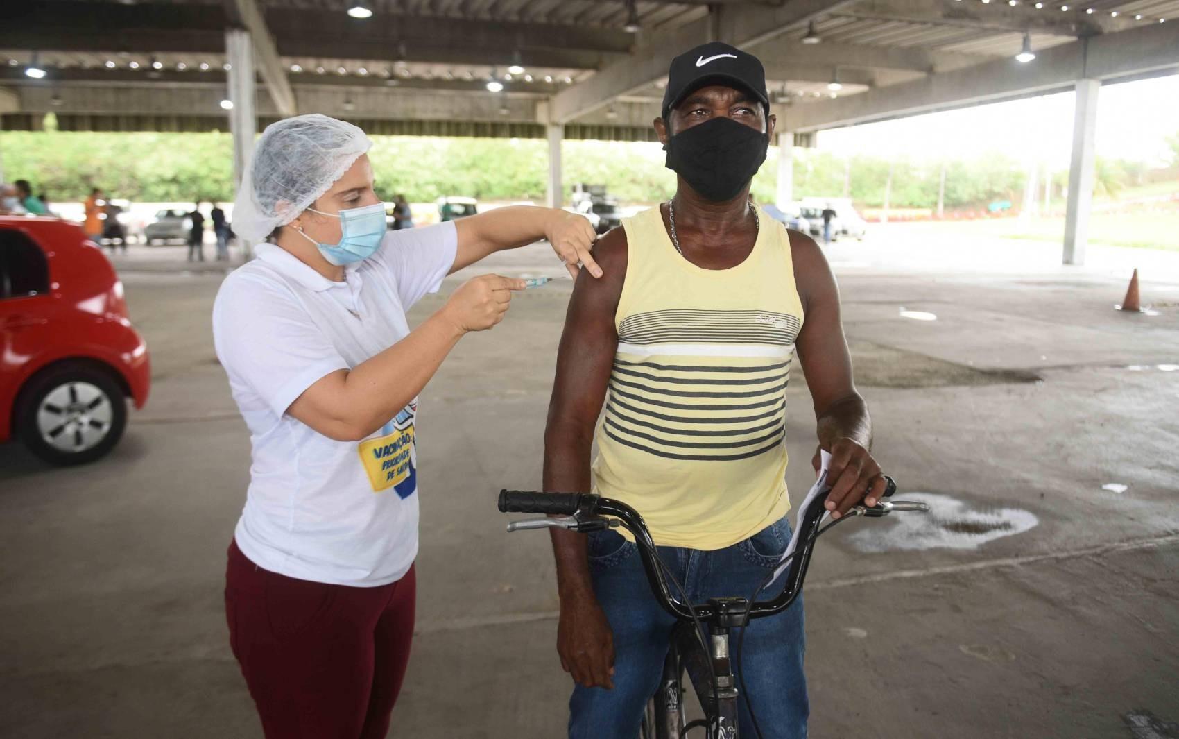 Agendamento por hora marcada é retomado na quarta em Salvador; 2ª dose da CoronaVac é suspensa nos postos por demanda aberta