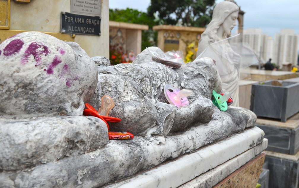 Túmulo do bebê Nelson Machado Sant'Anna no Cemitério da Saudade em Piracicaba (Foto: Carol Giantomaso/G1)