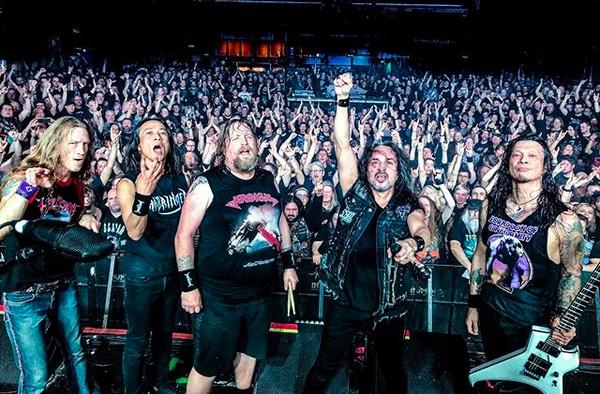 O baterista do grupo Death Angel, Will Carroll, com seus colegas de banda em um show na Alemanha (Foto: Instagram)