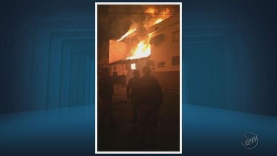 Moradores são retirados de residências após incêndio atingir tapeçaria em Itajubá, MG