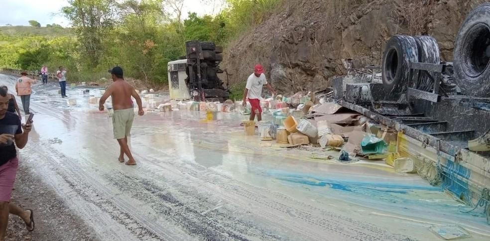 Caminhão de tintas tombou na rodovia estadual — Foto: Divulgação/BPRv