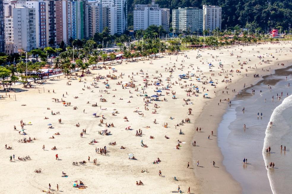 Faixa de areia do Itararé ficou lotada em São Vicente neste domingo (30) — Foto: Leandro Ordonez/ Arquivo Pessoal