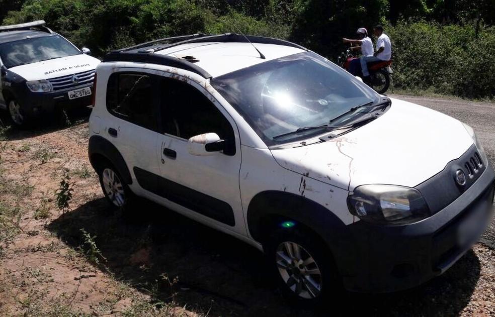 Carro do bombeiro, um Fiat, ficou no local do crime  (Foto: Divulgação/PM)