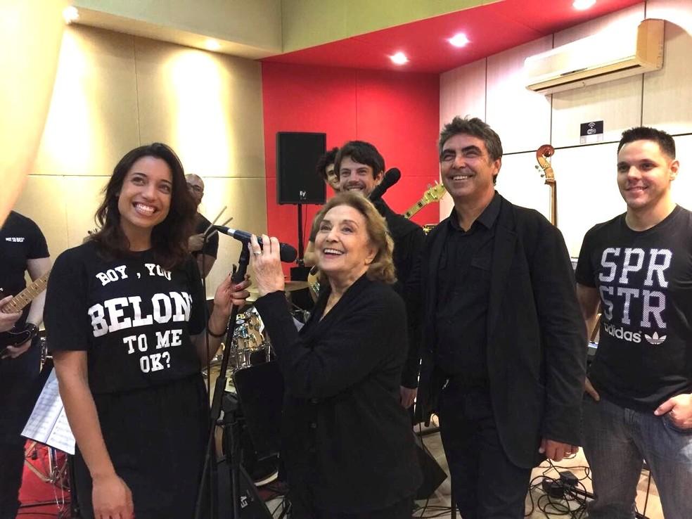 """Eva Wilma ensaia com Johnnie Beat, Heloá Holanda, William Paiva e músicos do show """"Crise, que crise?"""" (Foto: Divulgação)"""