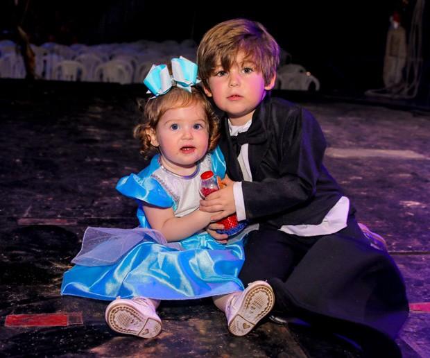 Davi e Helena, filhos de Hudson e Thayra Machado  (Foto: Thiago Duran/AgNews)