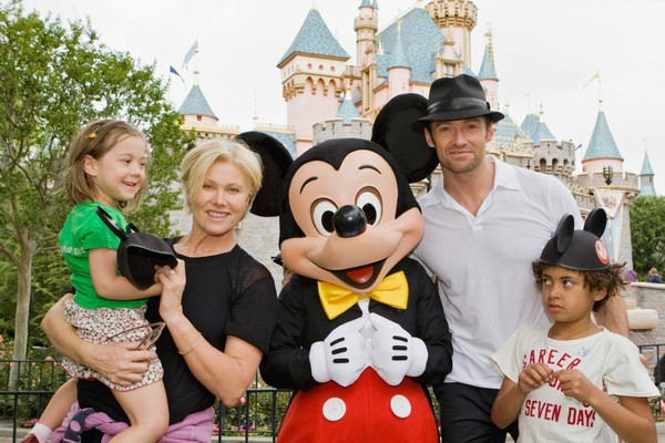 O ator Hugh Jackman em uma foto antiga com a esposa e os filhos (Foto: Getty Images)