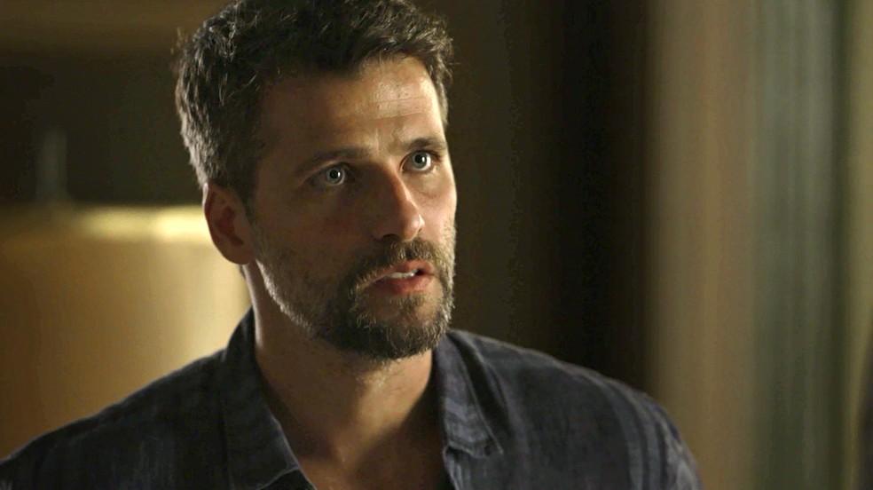Gabriel (Bruno Gagliasso) garante a Machado (Milhem Cortaz) que vai decidir destino de Feijão (Cauê Campos), na novela 'O Sétimo Guardião' — Foto: TV Globo