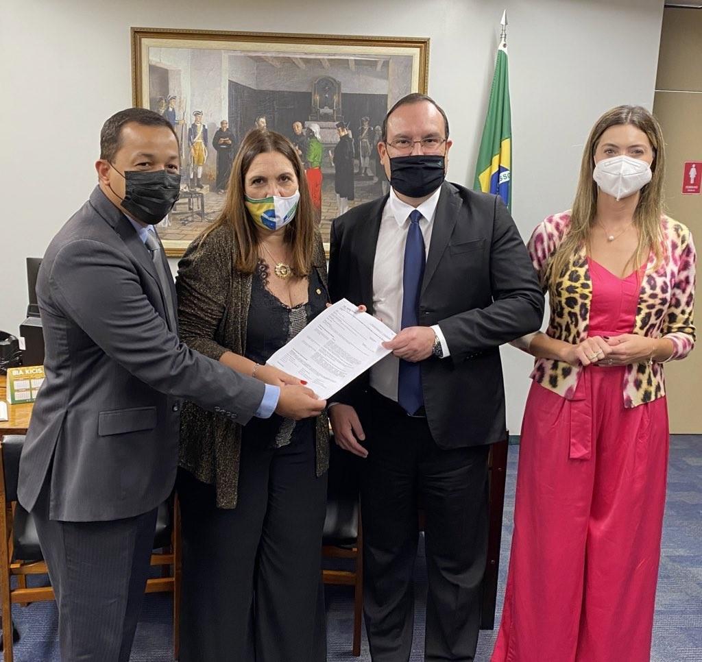 Bia Kicis e Marcelo Xavier ao centro. Deputada e presidente da Funai estão ladeados pelos parlamentares Greyce Elias e Delegado Pablo