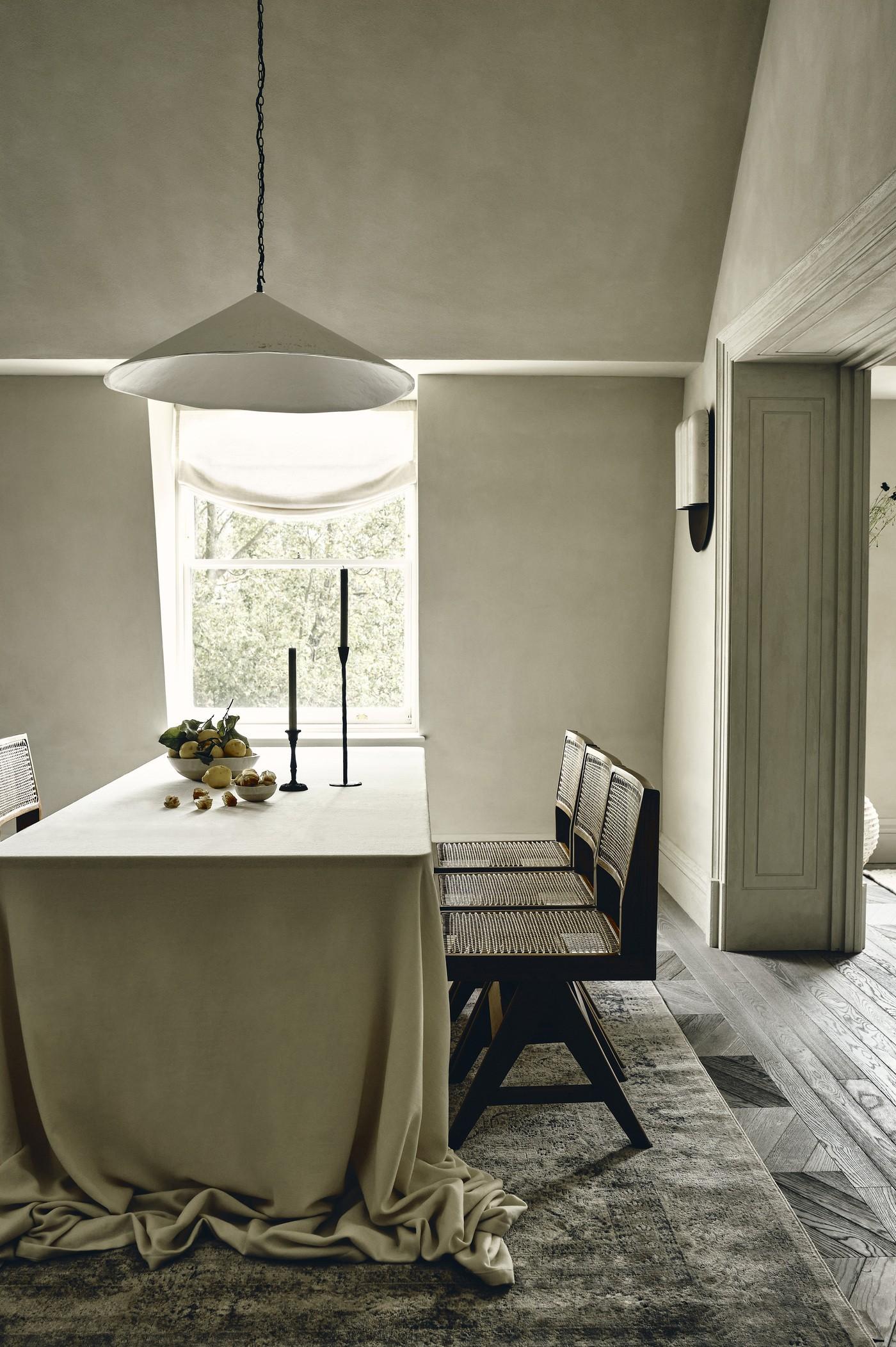 Décor do dia: cozinha aberta para a sala de jantar tem mármore e ilha central (Foto: Ben Anders)