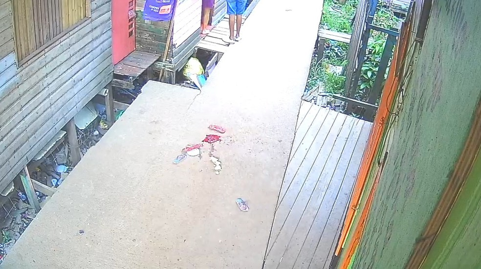 Local onde a menina foi baleada na Baixada do Ambrósio — Foto: Reprodução