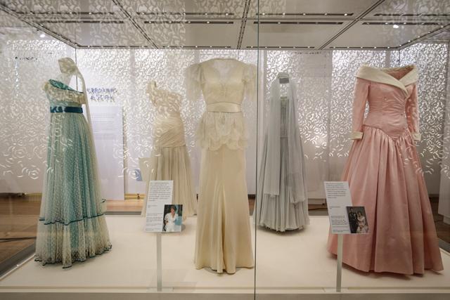 Foto da exposição Diana: Her Fashion Story, com vestidos originais usados pela princesa; A mostra fica aberta ao público até junho no Palácio de Kensington, em Londres  (Foto: Getty Images)