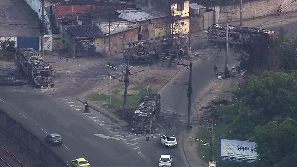 Carcaças de ônibus incendiados ainda estavam abandonadas às 6h desta sexta (4) na Avenida Pastor Martin Luther King Jr — Foto: Reprodução/TV Globo