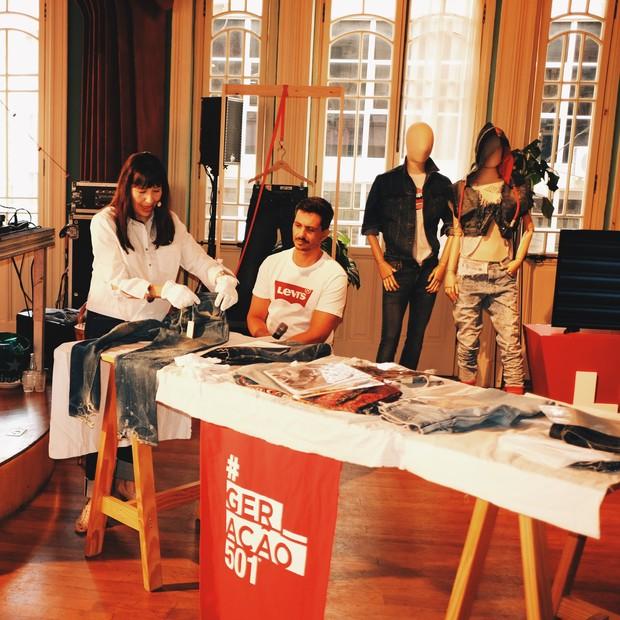 A historiadora Tracey Panek apresenta calças antigas do acervo da Levis (Foto: 1193agosto/Divulgação)
