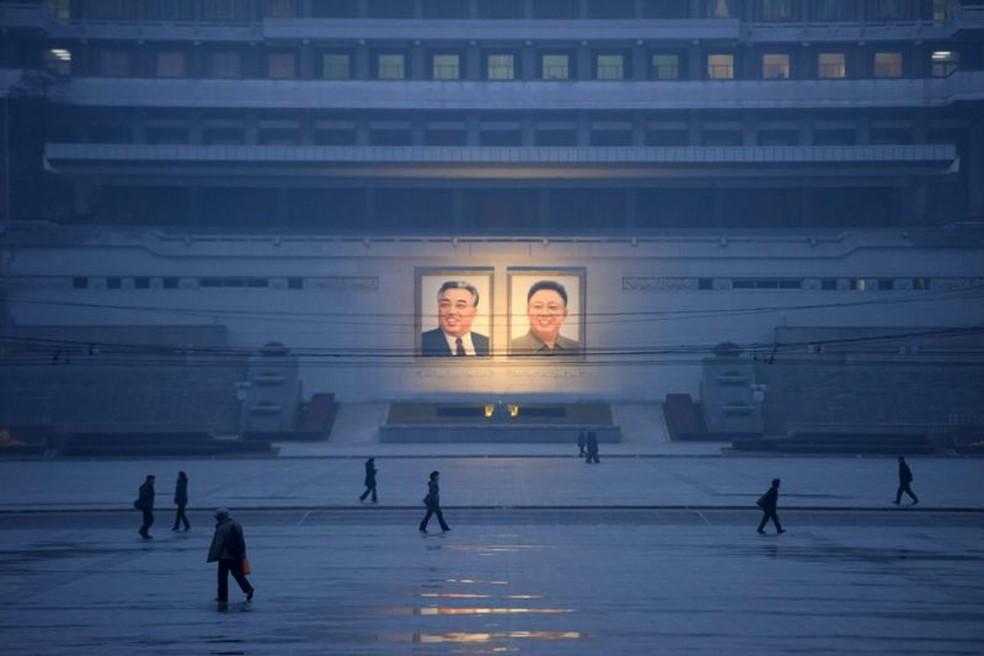 Retratos de Kim Il-sung e Kim Jong-il na praça Kim Il-sung, Pyongyang — Foto: Getty Images via BBC