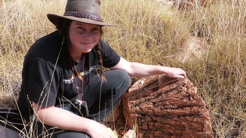 Morgan Cox descobriu o mineral reidite em uma cratera da Austrália - até hoje, o mineral só foi encontrado em seis lugares na Terra — Foto: Aaron Cavosie/Universidade de Curtin