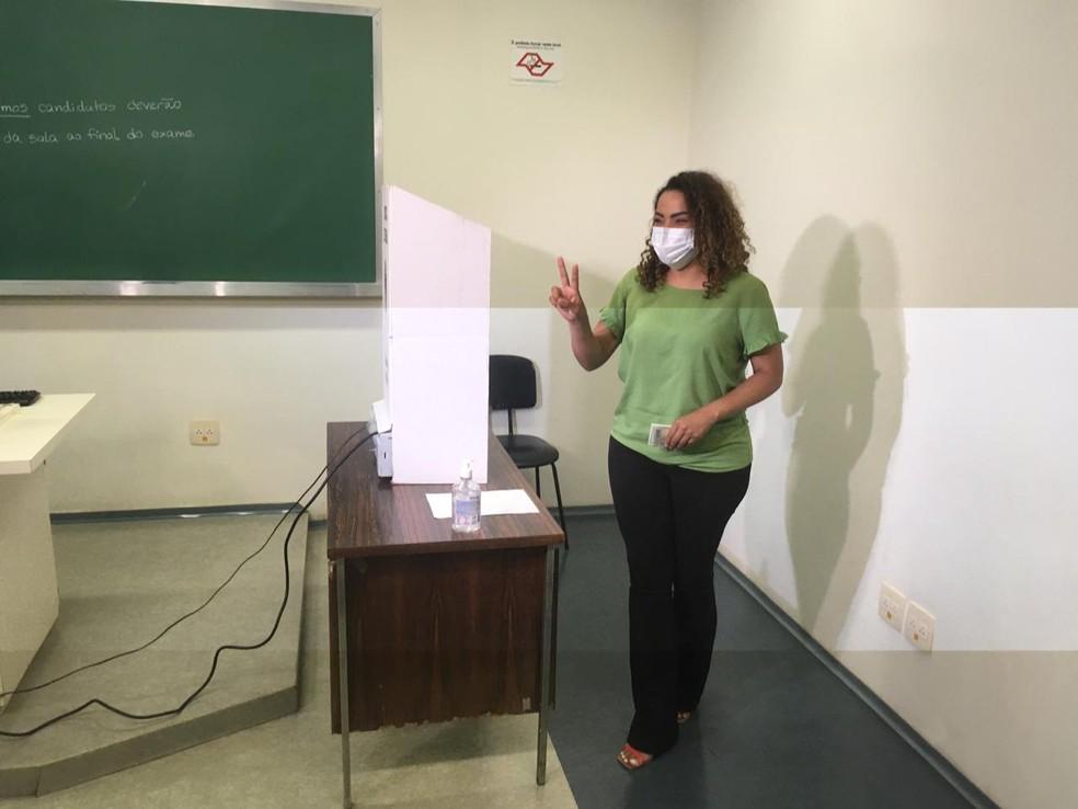 Candidata Suéllen Rosim vota na USP em Bauru  — Foto: Vanessa Aguiar / TV TEM