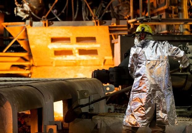 Homem trabalha na usina de Usiminas em Ipatinga (Foto: Reuters)