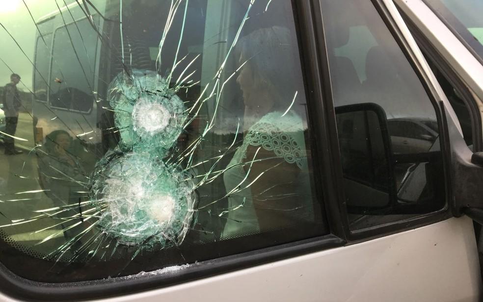 Criminosos chegaram já atirando e vítimas só não foram atingidas porque vidros eram resistentes a tiros (Foto: Felipe Valentim/TV Paraíba)
