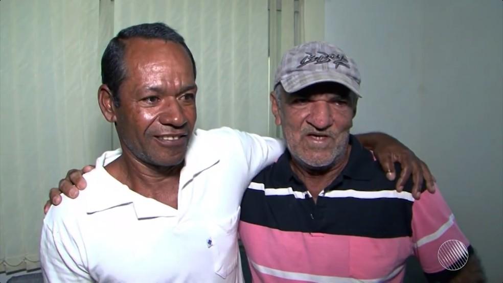Valdírio, à esquerda, entegou o dinheiro a Edvaldo, à direita (Foto: Reprodução/TV Oeste)