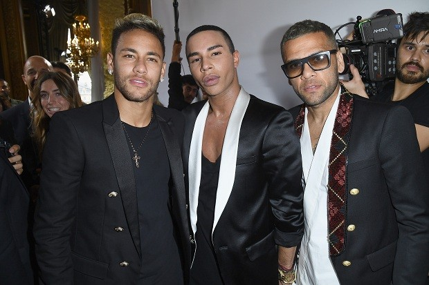 Os reis do Paris Saint German, Neymar Jr. e Daniel Alves, com Olivier Rousteing, diretor criativo da Balmain (Foto: Getty Images)