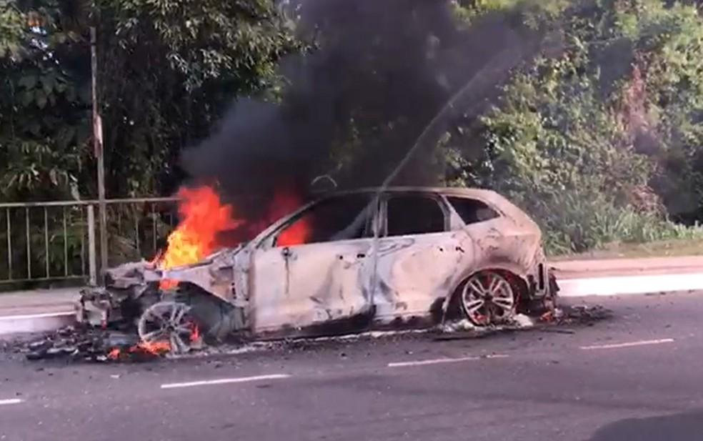 Carro pega fogo na Av. Paralela, em Salvador. Trânsito na região está engarrafado. — Foto: Juliana Cavalcante / TV Bahia