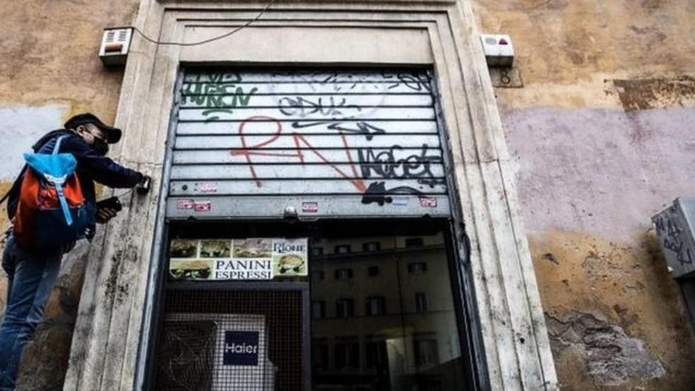 Proprietários de lojas e restaurantes estão se preparando para um novo fechamento — Foto: EPA
