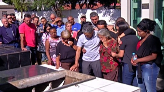 Piloto que morreu ao levar noiva ao casamento é enterrado em Suzano