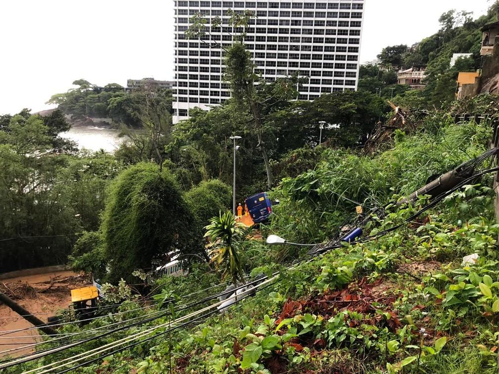 Queda de barreira na Niemeyer, perto do Sheraton, acertou dois ônibus — Foto: Ricardo Abreu/GloboNews