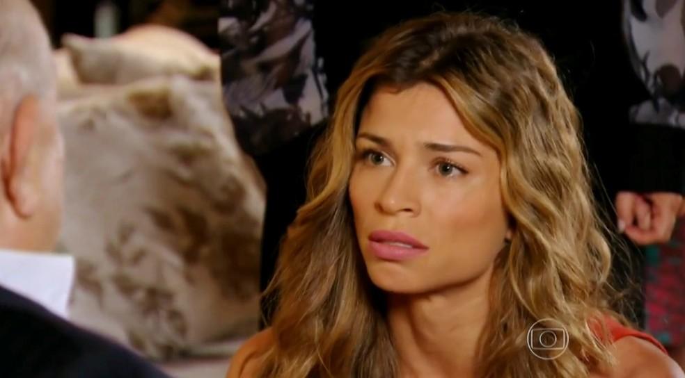 Em 'Flor do Caribe', Ester (Grazi Massafera) finge acreditar nas mentiras de Dionísio (Sérgio Mamberti) e pede perdão a ele — Foto: Globo