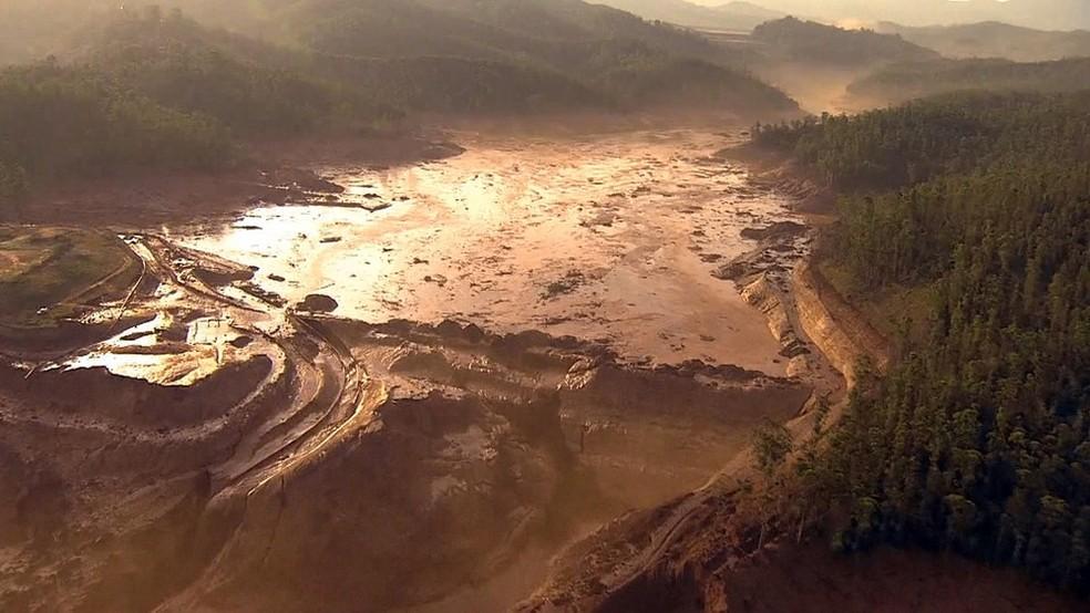 Vista aérea da barragem de Fundão, da Samarco, em Mariana — Foto: Reprodução/GloboNews