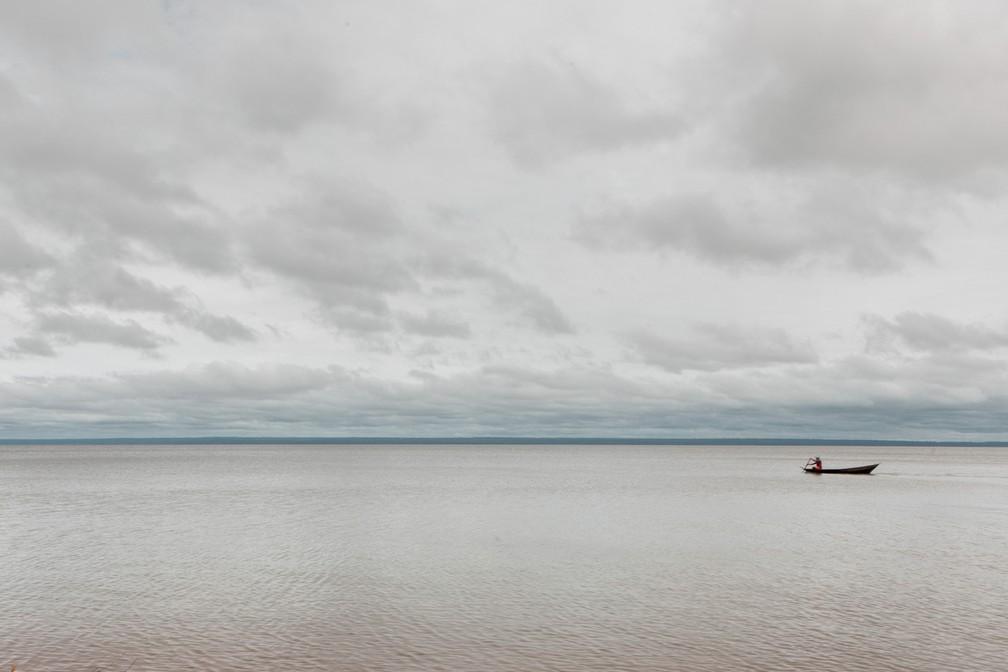 Um barco é visto no rio Tapajós a partir da Floresta Nacional do Tapajós — Foto: Marcelo Brandt/G1