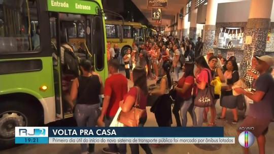 Pontos de ônibus ficam lotados no primeiro dia útil do novo sistema de transporte em Campos, no RJ