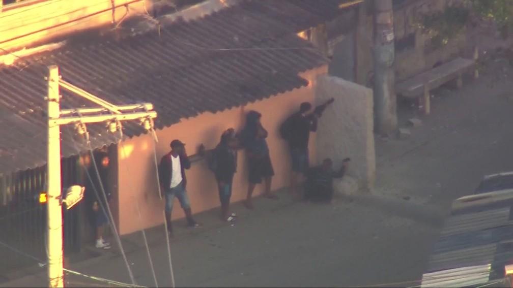 Bandidos se enfileiram atrás de barreira na Cidade de Deus — Foto: Reprodução/TV Globo