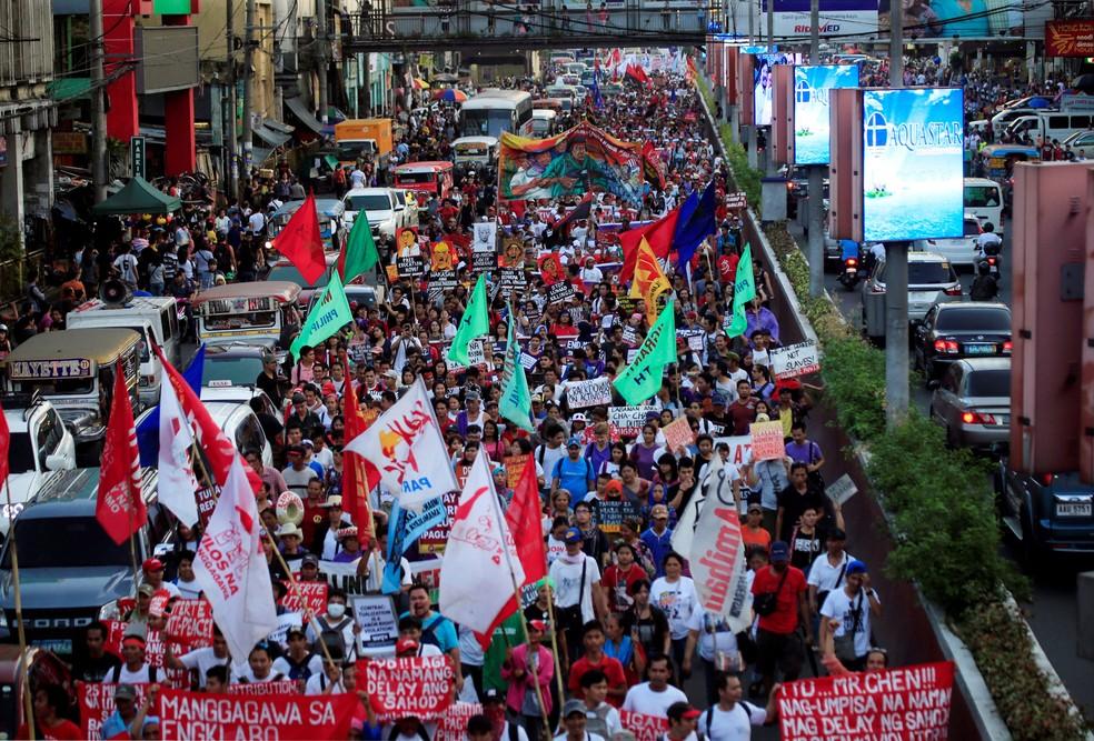 Mulheres protestam em Manila, nas Filipinas, nesta quinta-feira (8) (Foto:  Romeo Ranoco/ Reuters)