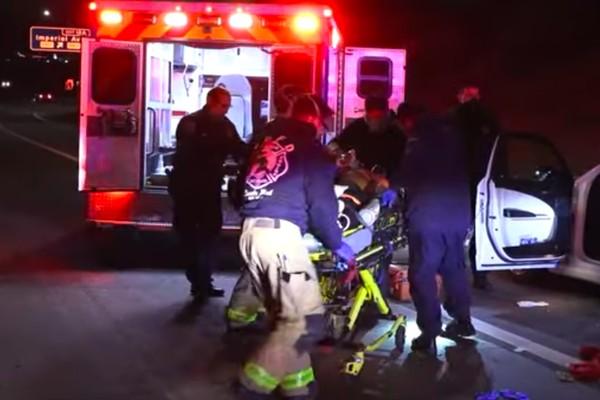O rapper OG YD, ainda com vida, sendo levado para um hospital de San Diego (Foto: Reprodução)