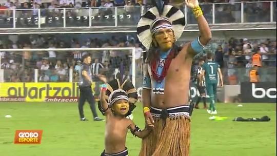 Índio que viralizou em foto com colar do Santos viaja 1.600 quilômetros e vai à Vila Belmiro