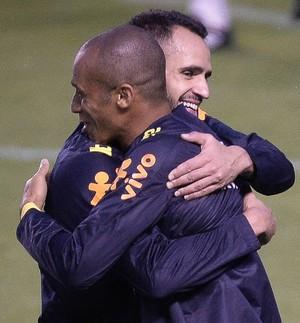 Renato Augusto abraça Miranda no treino da seleção brasileira em Quito (Foto: Pedro Martins/MoWa Press)