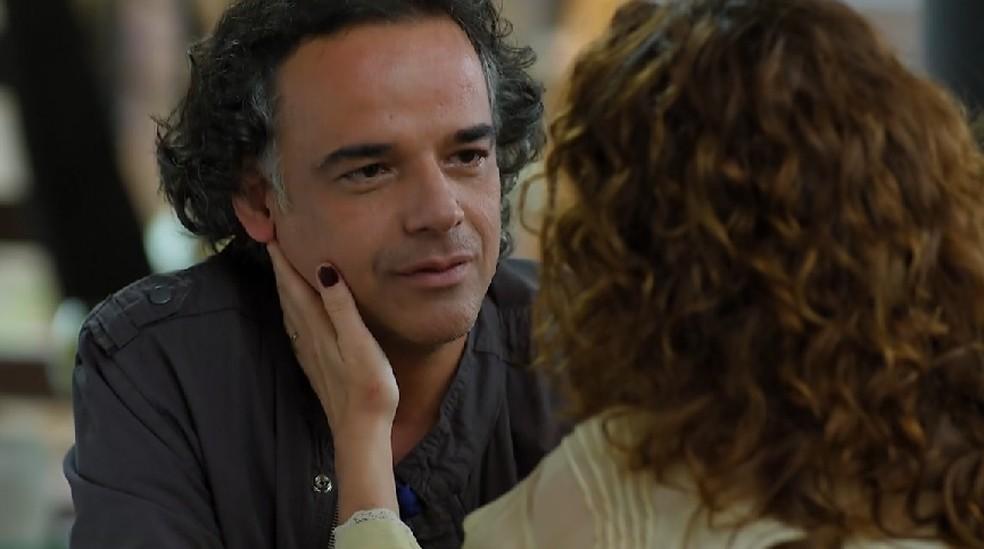 Dora (Malu Galli) fica encantada com declaração de Marcos (Ângelo Antônio) em 'A Vida da Gente' — Foto: Globo