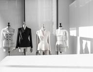 Conheça a história da bar jacket, uma das peças mais icônicas da moda