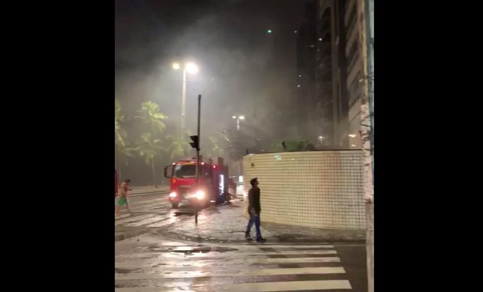 Bombeiros foram acionados para apagar incêndio na madrugada desta terça (25), em Boa Viagem, na Zona Sul do Recife — Foto: Reprodução/WhatsApp