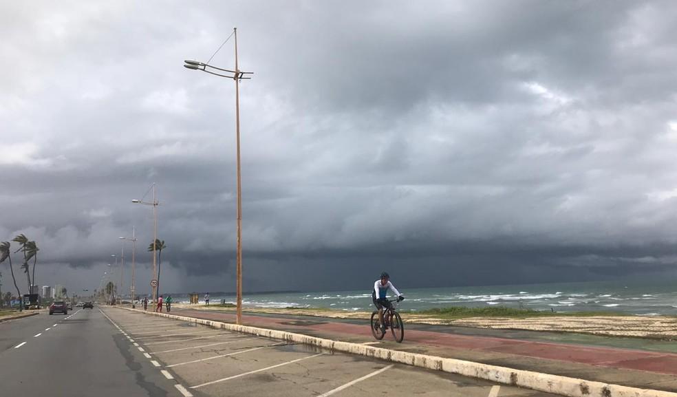A previsão é que a chuva continue até segunda-feira (8). Conforme Heráclito Alves, neste domingo deve ter chuva fraca, mas continua, o que facilita a concentração de água nas ruas. — Foto: Valma Silva