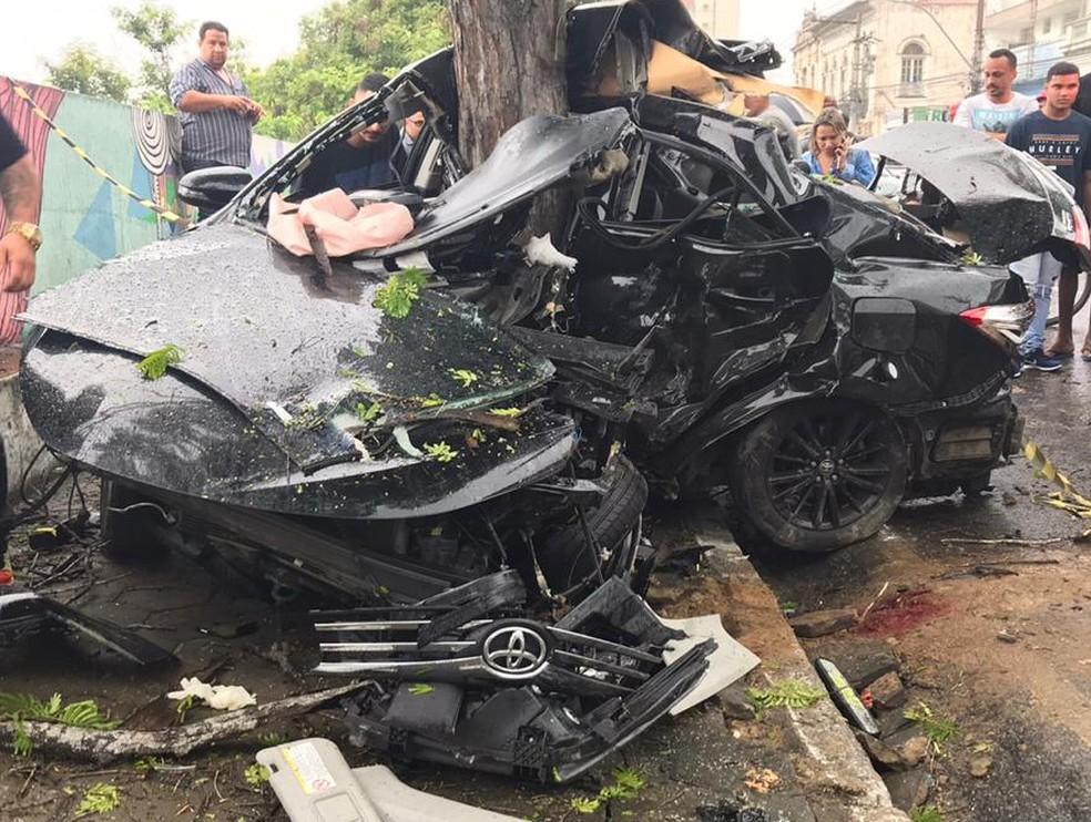 Carro ficou totalmente destruído com a batida — Foto: Cléber Rodrigues/Inter TV