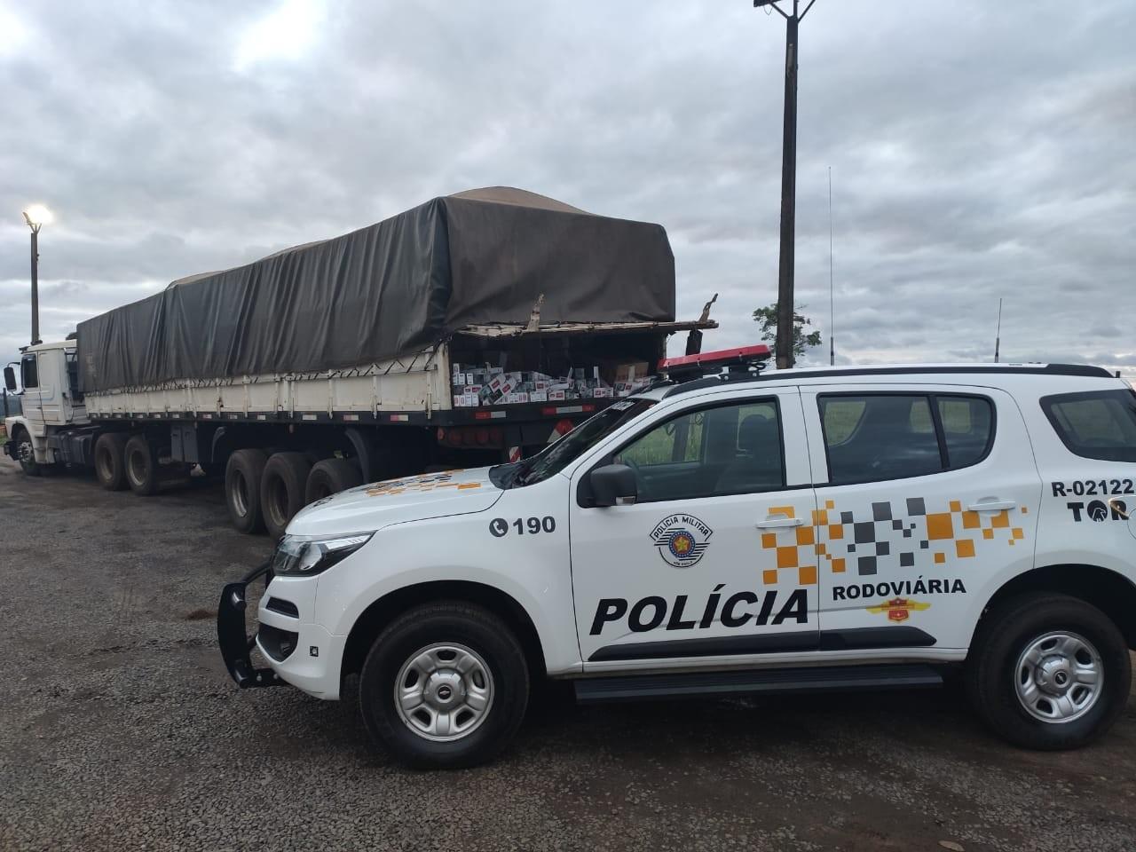 Motorista de caminhão é flagrado com quase 300 mil maços de cigarros sem nota fiscal em Avaí