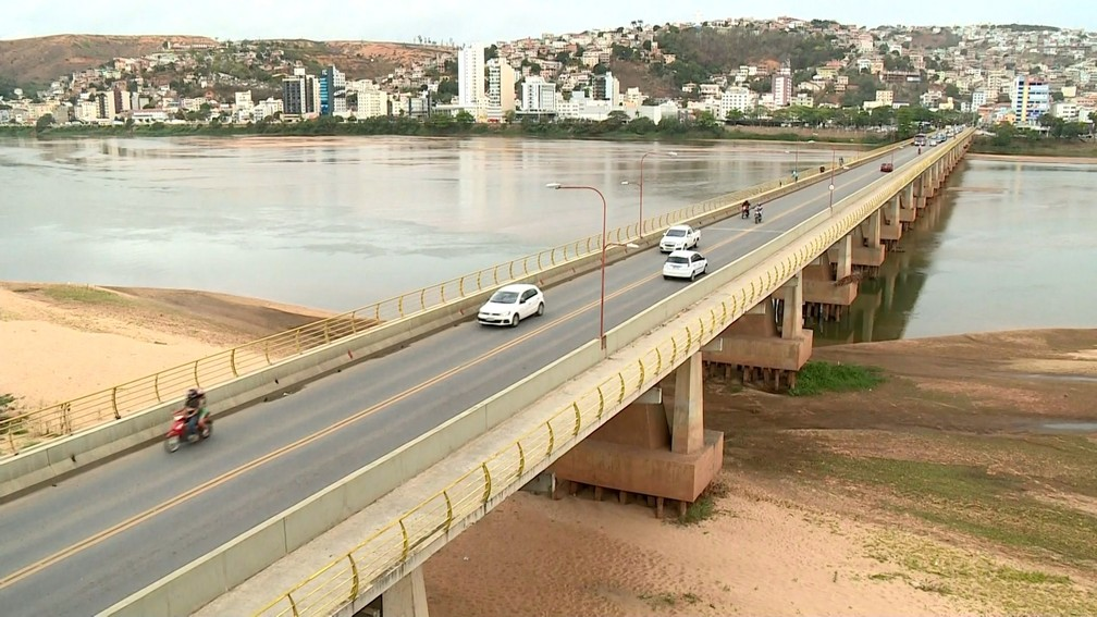 Trecho da ponte Florentino Avidos nem encosta na água em Colatina (Foto: Reprodução/ TV Gazeta)