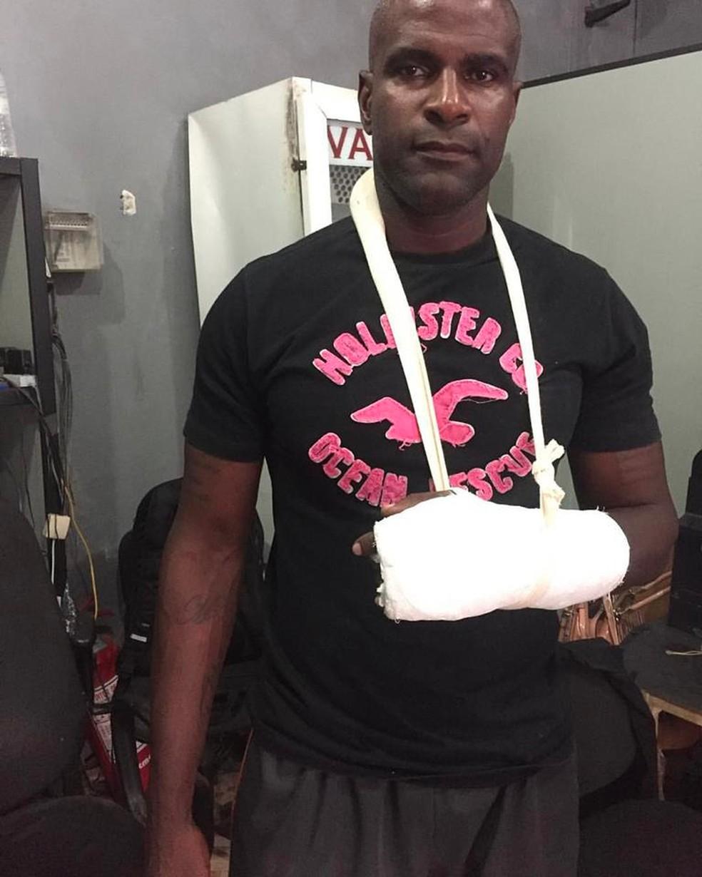 Goleiro Max sofreu uma lesão no braço durante o acidente e chegou a postar foto em rede social falando que estava bem (Foto: Reprodução/Arquivo pessoal)