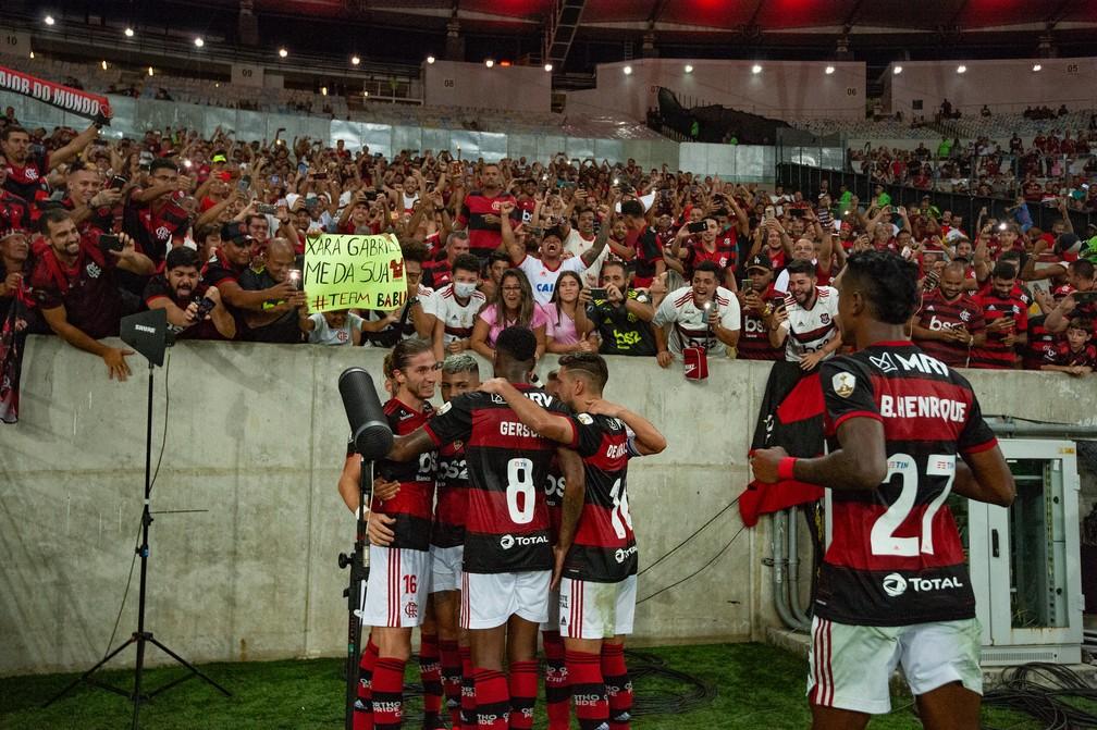 Jogadores do Flamengo comemoram gol junto com a torcida no último jogo da equipe com público — Foto: Alexandre Vidal / Flamengo
